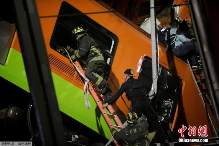 图为救援人员搭梯进入车厢。
