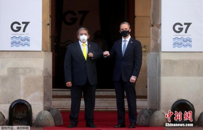 """当地时间5月5日,英国伦敦,G7外长会在兰开斯特宫举行会议,现场严格执行""""碰臂礼""""。据英媒5日报道,在英国参加G7外长会议的印度代表团中,发现两例新冠病毒检测呈阳性病例,目前正在隔离。据报道,尽管印度不是七国集团成员,但该国被邀请参加本周在伦敦举行的七国集团外长会议。"""