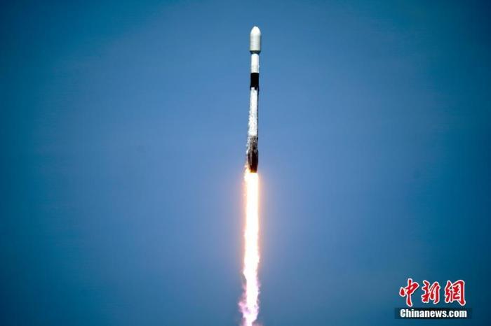 """当地时间5月4日,美国佛罗里达州卡纳维拉尔角肯尼迪航天中心,一架载有60颗""""星链""""卫星的""""猎鹰9""""号火箭发射升空。"""