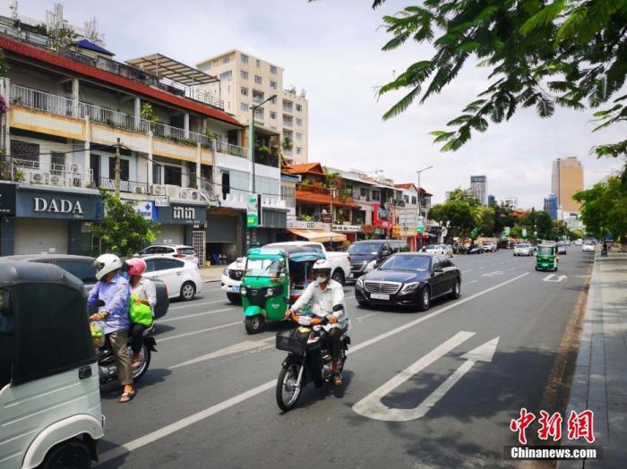 """图为金边市中心位于""""黄区""""的街头景象。  <a target='_blank' href='http://www.chinanews.com/'>中新社</a>记者 欧阳开宇 摄"""