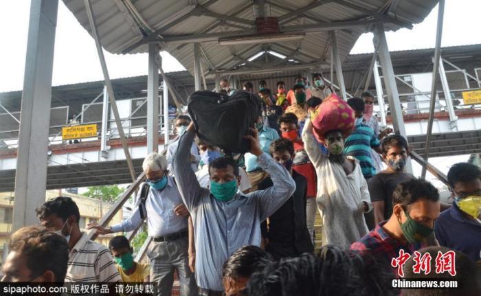 当地时间2021年5月5日,印度加尔各答,民众乘坐当地火车返乡。据悉,受疫情封锁影响,西孟加拉邦所有当地火车将停运。图片来源:SIPAPHOTO