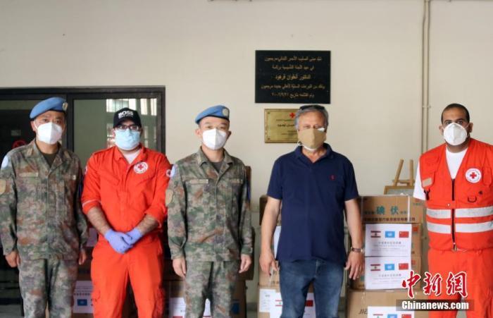 資料圖:2021年5月6日,中國第19批赴黎維和醫療分隊向黎巴嫩紅十字會捐贈了一批醫療物資 ,包括1000個一次性醫用口罩及100套一次性防護服等。 <a target='_blank' href='http://www.hangyeguanli.cn/'>中新社</a>發 第19批赴黎維和醫療分隊 供圖