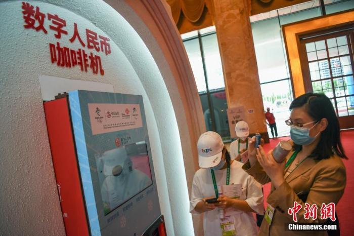 5月7日,首届中国国际葡京在线品博览会在海南省海口市正式开展。现场设置的可使用数字人民币支付咖啡机吸引参观者关注。 <a target='_blank' href='http://www.chinanews.com/'>中新社</a>记者 崔楠 摄