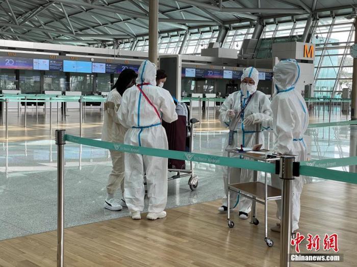 5月7日,韩国仁川国际机场工作人员严格执行防疫措施。<a target='_blank' href='http://www.chinanews.com/'>中新社</a>记者 刘旭 摄