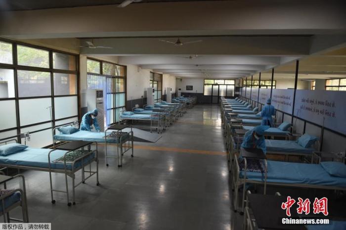 当地时间2021年5月5日,印度古吉拉特邦,艾哈迈达巴德郊区的Adani Vidya Mandir学校已被改建为新冠护理中心,管理员在安排床位。