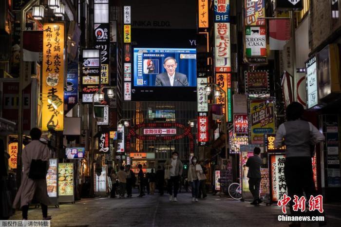当地时间5月7日,日本政府在首相官邸召开新冠疫情防控对策本部会议,正式决定将东京都、大阪府、京都府、兵库县4都府县正在实施的紧急状态延长至5月31日,并自12日起将爱知县和福冈县也纳入紧急状态实施范围内。图为东京街头大屏幕播放紧急状态延长的通知。