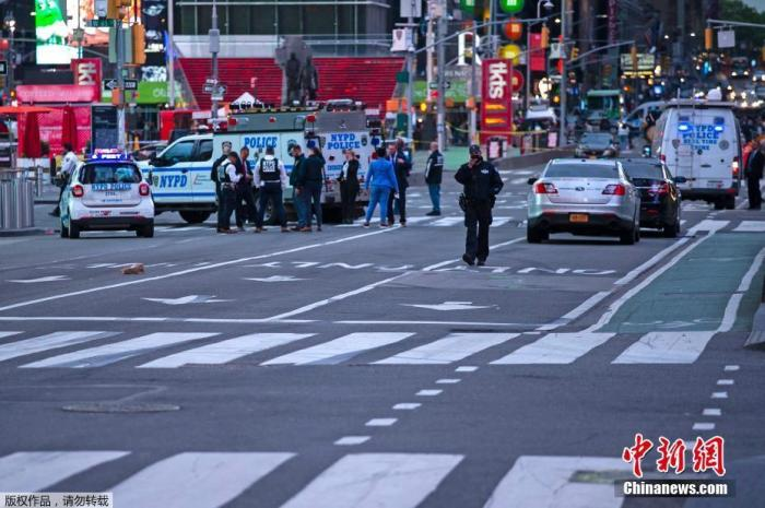 当地时间5月8日,美国纽约曼哈顿,时代广场发生枪击事件,导致2人受伤,其中包括1名3岁的儿童。纽约警察局表示,枪手在作案后逃离现场。1名女性和1名儿童在受伤后被送往当地医院,目前暂无生命危险。目前,时代广场的部分路段已被封锁,警方正在追捕枪手。