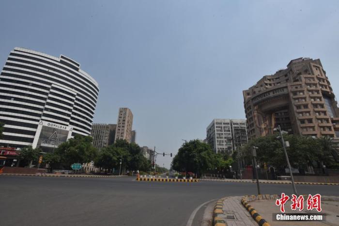 """当地时间2021年5月9日,印度新德里,""""封城""""下的街道空无一人。为应对依然严峻的新冠疫情形势,印度首都新德里首席部长凯杰里瓦尔9日宣布,将目前的""""封城""""措施再延长一周至17日。这也是新德里第三次延长""""封城""""措施。 图片来源:视觉中国"""