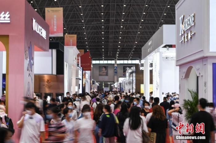 5月10日,海南省海口市,首届消博会开始对公众开放。图为民众在消博会珠宝钻石展区参观。 中新社记者 崔楠 摄
