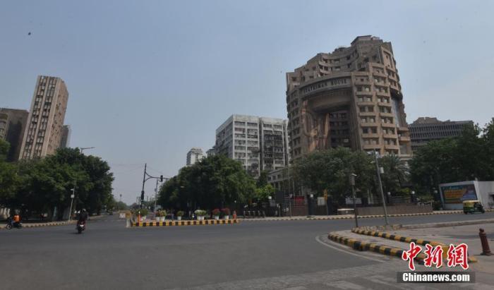 """资料图:当地时间2021年5月9日,印度新德里,""""封城""""下的街道空无一人。 图片来源:视觉中国"""