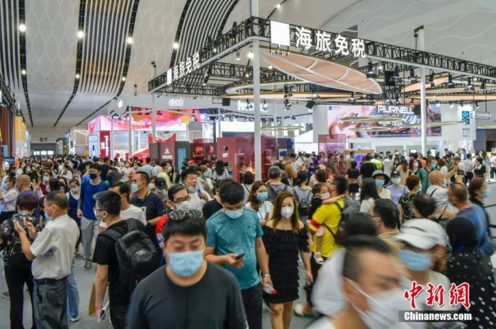 资料图:5月10日,海南海口,首届中国国际消费品博览会开始对公众开放。图为民众在消博会时尚生活展区参观。  中新社记者 骆云飞 摄