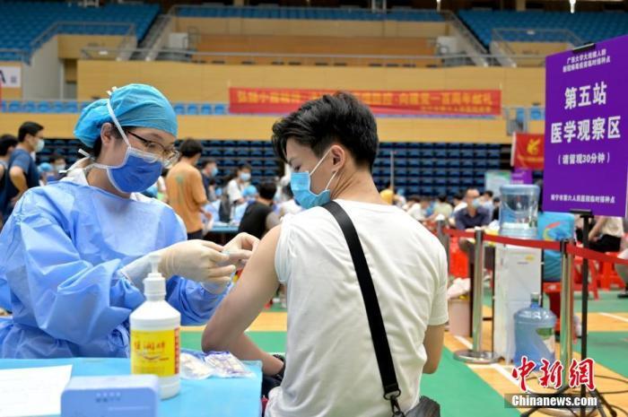 5月11日,在南宁的广西大学临时接种点内,学生正在接种新冠疫苗。目前,广西各高校正陆续开展新冠疫苗大规模接种工作。 中新社记者 俞靖 摄