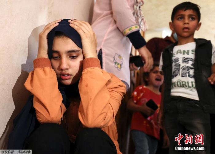 资料图:当地时间5月11日,加沙地区一名11岁孩童的葬礼上,亲属在进行哀悼。据巴勒斯坦卫生部门官员介绍,以军的轰炸造成巴方9名儿童死亡。