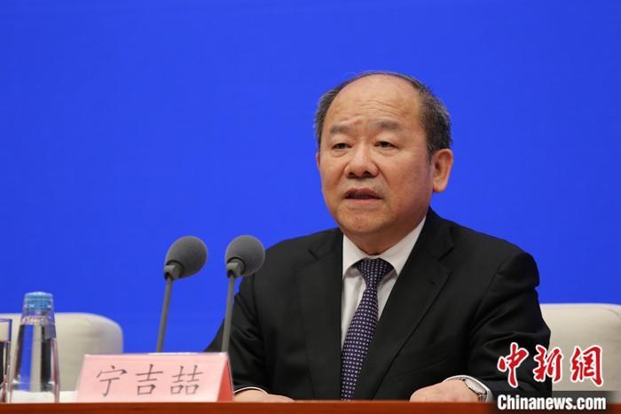 5月11日,中国国务院新闻办公室在北京举行新闻发布会,国务院第七次全国人口普查领导小组副组长、国家统计局局长宁吉�唇樯艿谄叽稳�国人口普查主要数据结果,并答记者问。中新社记者 杨可佳 摄