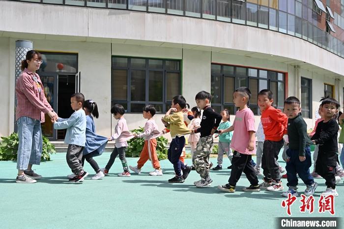 资料图:小朋友户外活动。中新社记者 刘文华 摄