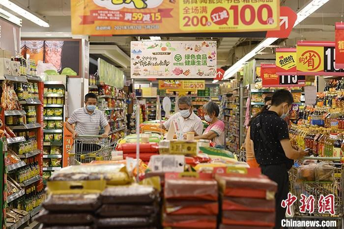 资料图:消费者在超市选购商品。 中新社记者 陈楚红 摄