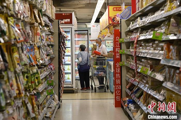资料图:广东省广州市,消费者在超市选购商品。 中新社记者 陈楚红 摄