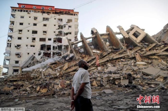 当地时间5月12日,巴以冲突期间,加沙地区一栋大楼被摧毁。