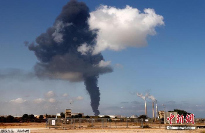 当地时间5月12日,巴以冲突期间,加沙地区一家炼油厂遭袭,冒出滚滚黑烟。