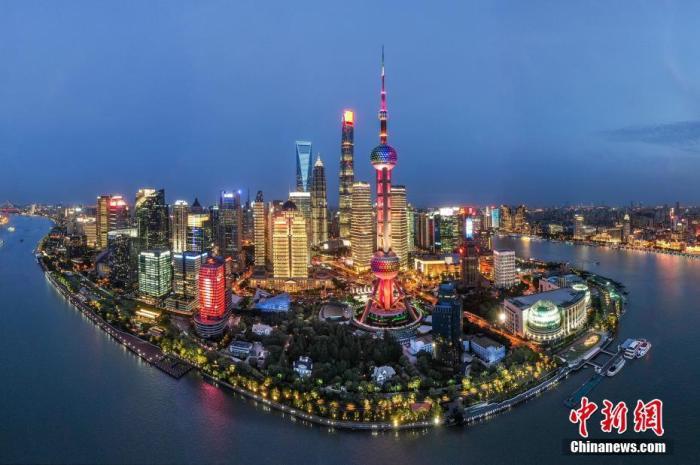 图为航拍上海浦东陆家嘴夜景,灯火辉煌美不胜收。(无人机照片) 中新社记者 张亨伟 摄