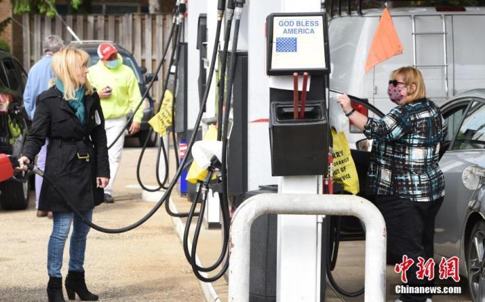 美国最大燃油运输管道运营商科洛尼尔管道运输公司7日遭黑客攻击,被迫关停供应网络。这导致美国东海岸地区45%的燃油供应受影响。事件过去5天,美国弗吉尼亚州出现供油紧张,加油站出现大面积停供,仅少数油站可供应低品质燃油。图为5月12日,弗吉尼亚阿灵顿排队加油的民众。 中新社记者 陈孟统 摄