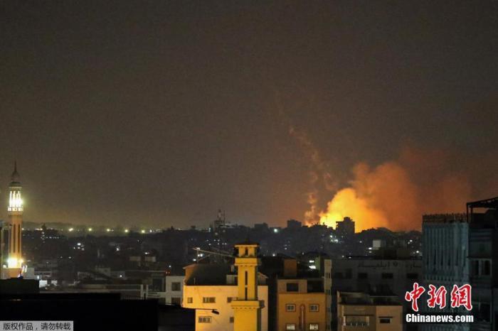 当地时间5月14日,以色列继续对加沙地带发动空袭,炸弹爆炸的火光映亮了夜空。