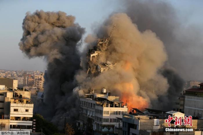 资料图:当地时间5月12日,以色列对加沙实施空袭。