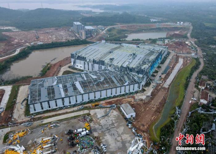 图为一在建工地厂房?屋顶被大面积掀翻。(航拍图片) 邹浩 摄
