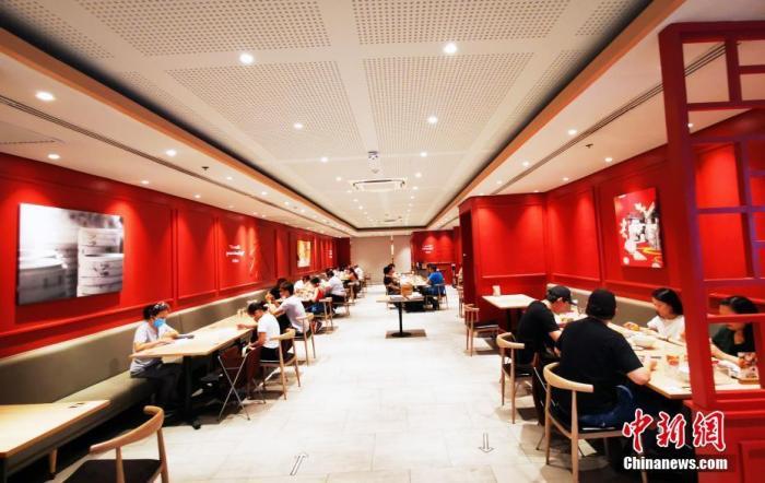 5月15日,在马尼拉CBD马卡蒂全球连锁中餐厅鼎泰丰,顾客在堂食。 中新社记者 关向东 摄