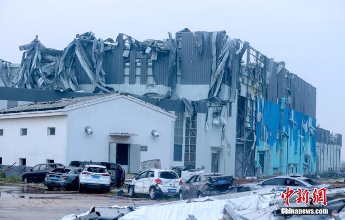 图为(一)在建(工)地厂房屋顶被大面积(掀)翻。 张畅 (摄)