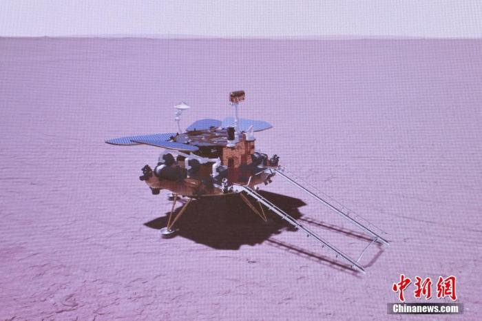 北京时间5月15日7时18分,天问一号着陆巡视器成功着陆于火星乌托邦平原南部预选着陆区,中国首次火星探测任务着陆火星取得圆满成功。图为火星探测器天问一号着陆火星表面模拟图。 张高翔 摄
