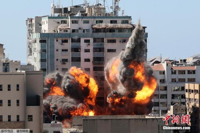 图为多家国际媒体所在地遭猛烈轰炸。