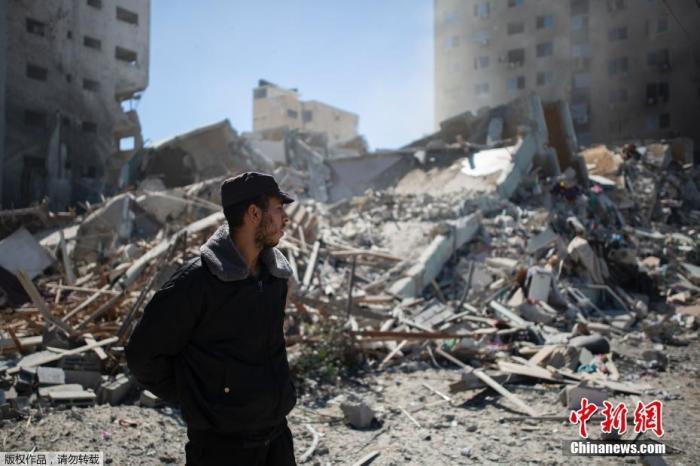当地时间5月15日,以色列军方空袭了加沙地带一座办公楼,楼内有卡塔尔半岛电视台和美联社等媒体的办公室。半岛电视台统计,截至目前,加沙地带已有至少140人在连日的冲突中死亡,其中包括39名儿童,此外,还有约950人受伤。而以色列方面则至少有9人丧生。图为该栋建筑在被炸后倒塌,灰尘和碎片被炸得到处都是。