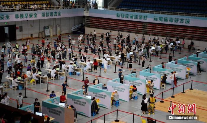 资料图:民众在体育馆内有序接种新冠疫苗。 中新社记者 刘忠俊 摄