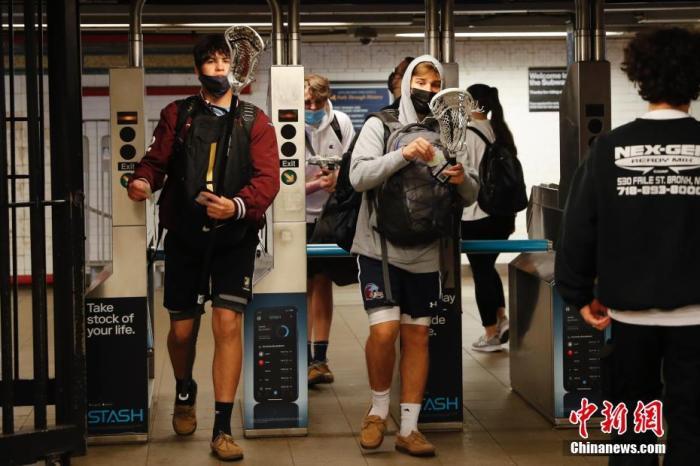 当地时间5月17日,在美国纽约市联合广场地铁站,乘客进入车站。