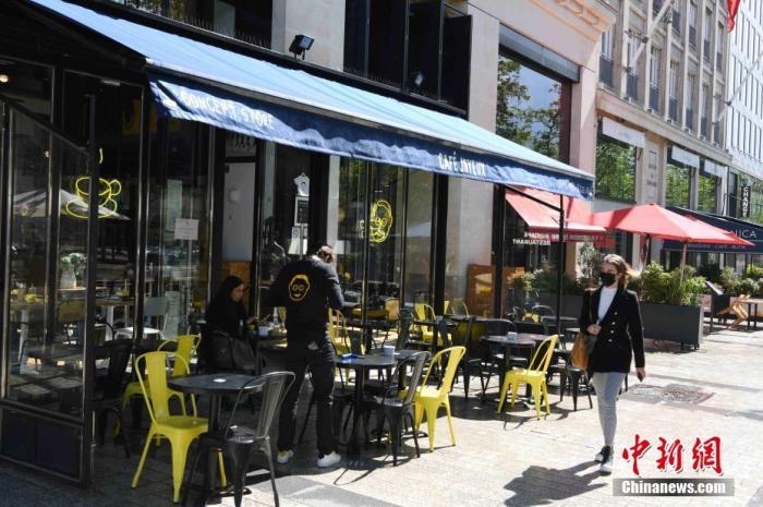资料图:在巴黎市中心香榭丽舍大街,大大都餐饮场合已经规复在露天平台的营业。 /p太平洋在线记者 李洋 摄