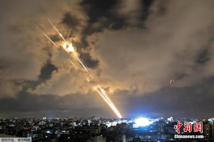当地时间5月20日,巴以在加沙地带的冲突进入第11天,哈马斯与以色列终于达成停火协议,并已于21日2时正式生效。然而,在停火生效前,双方仍在互相攻击。图为5月20日晚,哈马斯向以色列发射火箭弹。