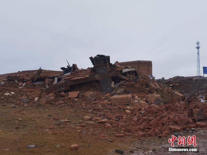 资料图:5月22日凌晨,青海省果洛藏族自治州玛多县发生7.4级地震。图为昌马河工区的67间房屋在震后倒塌。中新社记者 李赟 摄