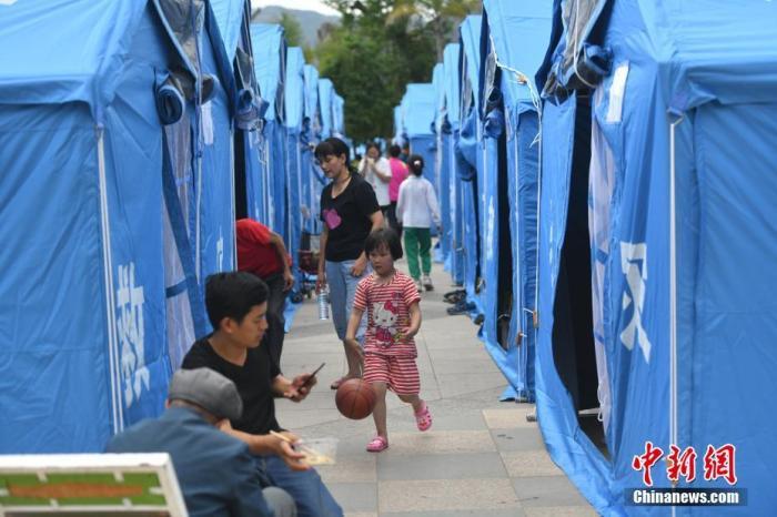 5月22日,云南省大理州漾濞县发生6.4级地震后,县城所在地已有6400余户、2.2万余人有序撤离到指定的3个应急避难点。 中新社记者 刘冉阳 摄