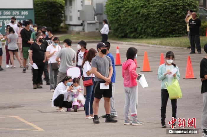 当地时间5月21日,加拿大多伦多市华人聚居区一处商场外的停车场设立流动新冠疫苗接种站,不少民众前来排队接种疫苗。当天,加拿大累计报告新冠病例突破135万例;已至少接种一剂疫苗的民众逾全国总人口的49%,接种率超越邻国美国。 <a target='_blank' href='http://www.chinanews.com/'>中新社</a>记者 余瑞冬 摄