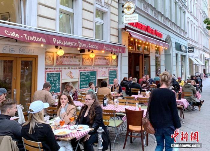 5月21日,随着新冠疫情趋于缓和及疫苗接种铺开,德国首都柏林等多地开始重新允许餐馆和酒吧等在户外经营。