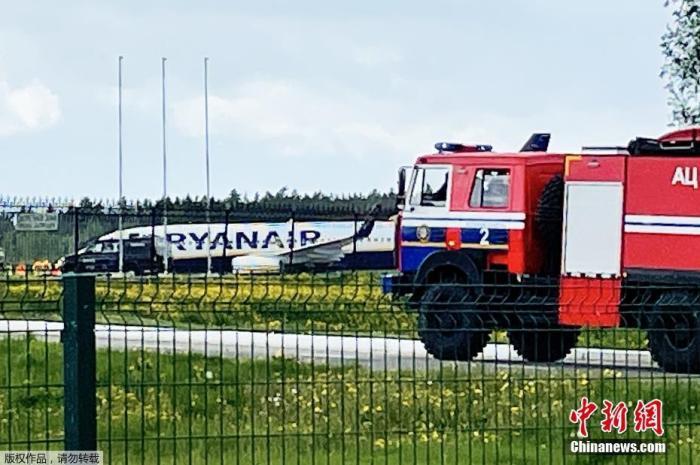 图为瑞安航空公司一架波音737-800型客停靠在明斯克国际机场。