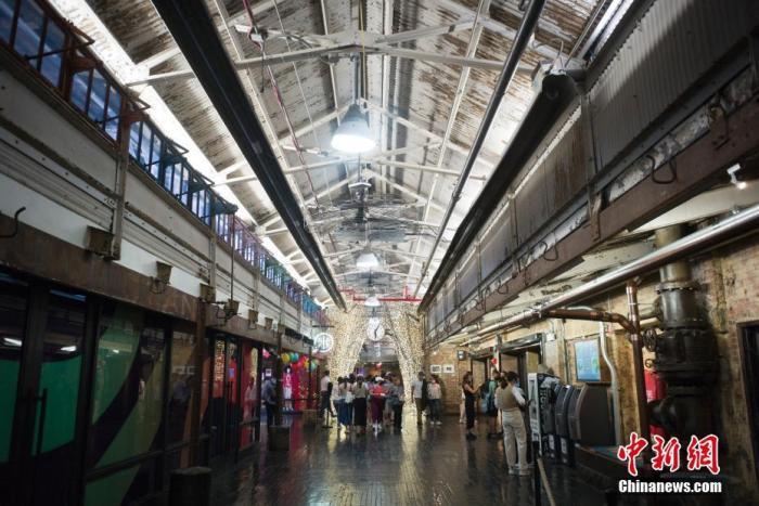 资料图:5月25日,美国纽约切尔西市场大厅中的顾客。自5月下旬纽约州博物馆、电影院、餐厅、零售业等商业和文化场所的客容量限制全面解除后,纽约著名的切尔西市场客流逐渐恢复。 <a target='_blank' href='http://www.chinanews.com/'>中新社</a>记者 廖攀 摄