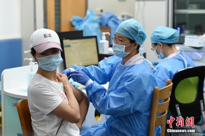 资料图:5月27日,市民在广州市天河区石牌街道社区卫生服务中心接种疫苗。 中新社记者 陈楚红 摄