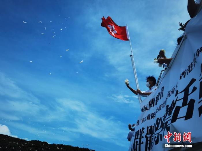 5月29日,香港民间社团在香港龙鼓洲、沙洲两个小岛附近的海面上海祭刘春祥抗日英雄群体。中新社记者 索有为 摄
