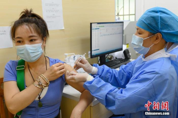 5月29日,市民在广州市第十二人民医院接种新冠疫苗。<a target='_blank' href='http://www.chinanews.com/'>中新社</a>记者 陈楚红 摄