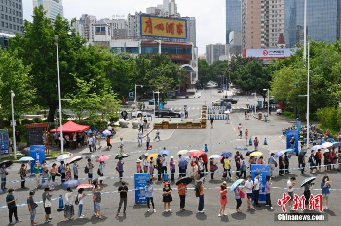 5月29日,民众在广州市天河体育中心新冠疫苗临时接种点排队等候接种新冠疫苗。 中新社记者 陈楚红 摄