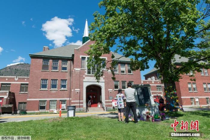 图为当地时间5月29日,加拿大不列颠哥伦比亚省坎卢普斯,民众在前坎洛普印第安寄宿学校幸存者纪念碑前献花。