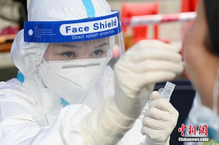資料圖:5月30日,廣州市海珠區,醫護人員在鷺江球場為市民做核酸檢測。 <a target='_blank' >中新社</a>記者 陳楚紅 攝