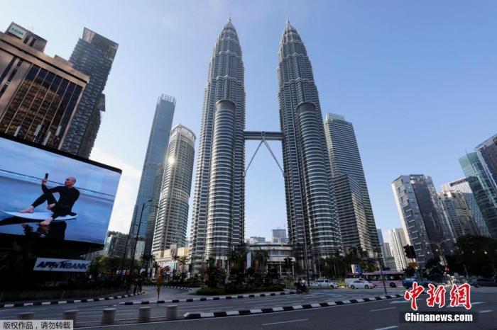 当地时间6月1日,马来西亚政府正式实施为期14天的全国全面封锁。28日,马来西亚总理府发表声明称,为更好防控疫情,从6月1日起全国将进入全面封锁期,为期14天。声明称,从6月1日至14日,将全面封锁马来西亚全国社交与经济领域,除国安会所列出的关键经济与服务领域外,所有领域都将停止运行。图为马来西亚首都吉隆坡街道上空无一人。